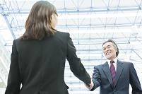 笑顔で握手をするビジネスマン