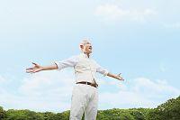腕を広げるシニアの日本人男性