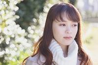 目線をそらす日本人女性