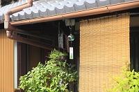 京都府 町家に吊るされた風鈴とすだれ