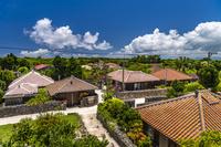 沖縄県 竹富島の赤い屋根の集落