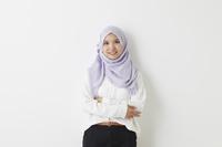 腕を組むムスリムの女性