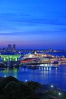 横浜 夕暮れの大さん橋と大型客船