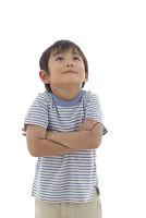 腕組みをしながら見上げる日本人の男の子