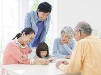 タブレットを見る日本人の三世代家族