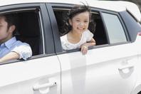 自動車に乗る女の子