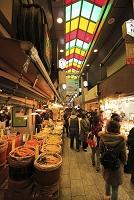 京都府 買い物客で賑わう錦市場