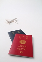 日本のパスポートと海外旅行イメージ