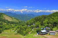 長野県 残雪の北アルプス後立山連峰と集落