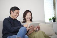 タブレットを見る日本人夫婦