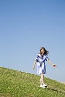 草原を歩く日本人女性