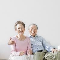 寄り添う笑顔の夫婦