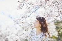 花見をする日本人女性
