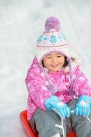 ソリで遊ぶ日本人の子供
