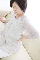 腰痛に苦しむミドル女性