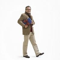 プレゼントを持つシニアの日本人男性