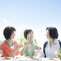 乾杯する中高年日本人女性