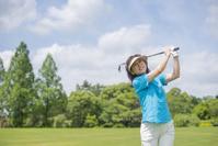 ゴルフをする日本人のミドル女性