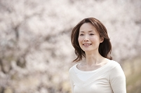 桜の花見をする女性