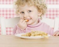 フレンチフライを食べる子供