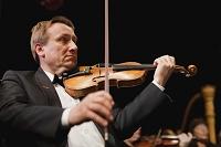 バイオリンを弾く外国人男性
