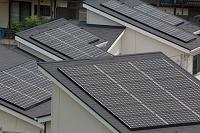 屋根の上の太陽光発電機
