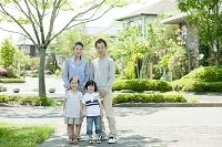 住宅街に佇む日本人家族