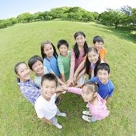円陣を組む日本人の子供たち