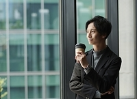 遠くを眺める日本人ビジネスマン