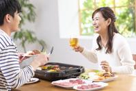 焼肉を食べる日本人女性