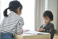 お絵描きをする日本人子供