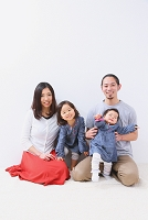 くつろぐ日本人家族
