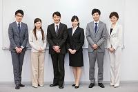 会議室で一列に並ぶ男女