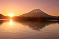 山梨県 精進湖から日の出の富士山逆さ富士