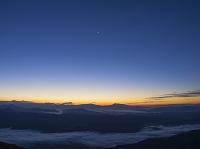 長野県 八方尾根より雲海と山並 朝景と月