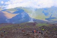 静岡県 富士山七合目付近から望む宝永火口と登山者