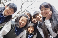 覗き込む女子生徒