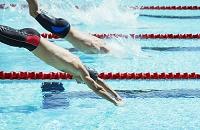 飛び込む水泳選手