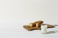 フランスパンとミルクと樹の葉シルエット