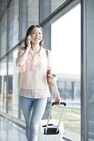 空港で電話する女性