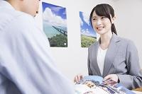 説明をする旅行代理店の日本人女性スタッフ