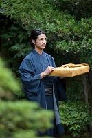 風呂敷包みを持つ着物の日本人男性