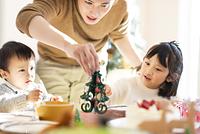 クリスマスパーティーをする家族