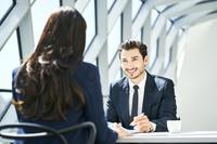 ミーティングで話をするビジネスマン