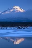 結氷の精進湖と富士山