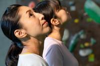 ボルダリングジムにいる日本人女性の横顔