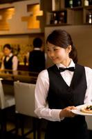 ビザを運ぶ日本人女性従業員