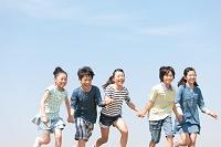 手を繋いで走っている日本人の子供達
