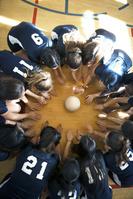円陣を組むバレーボールチーム