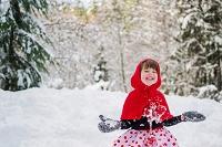 雪遊びをする女の子